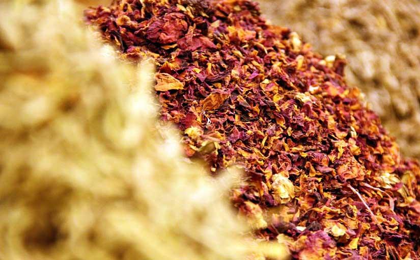 Épices, thé et fleurs séchées