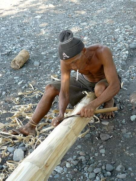 Un pêcheur d'Amed répare son bateau