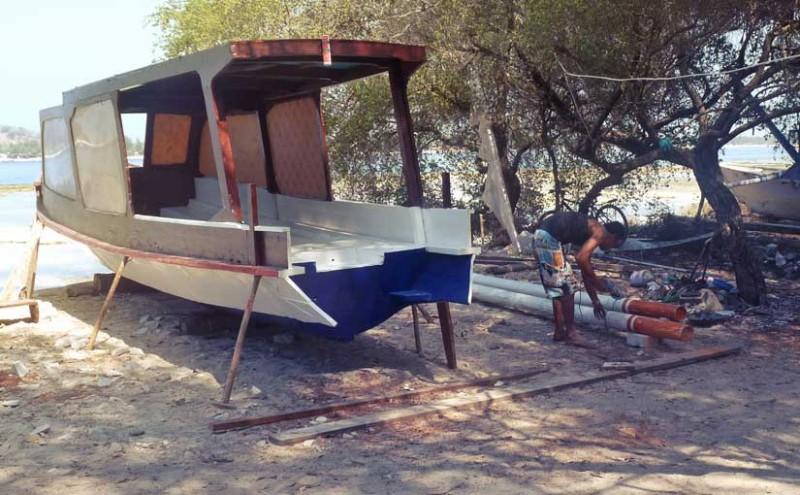 Construction des bateaux sur la plage
