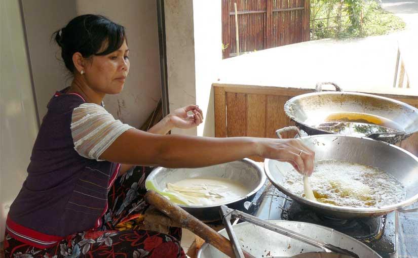 Kadek prépare le pisang goreng