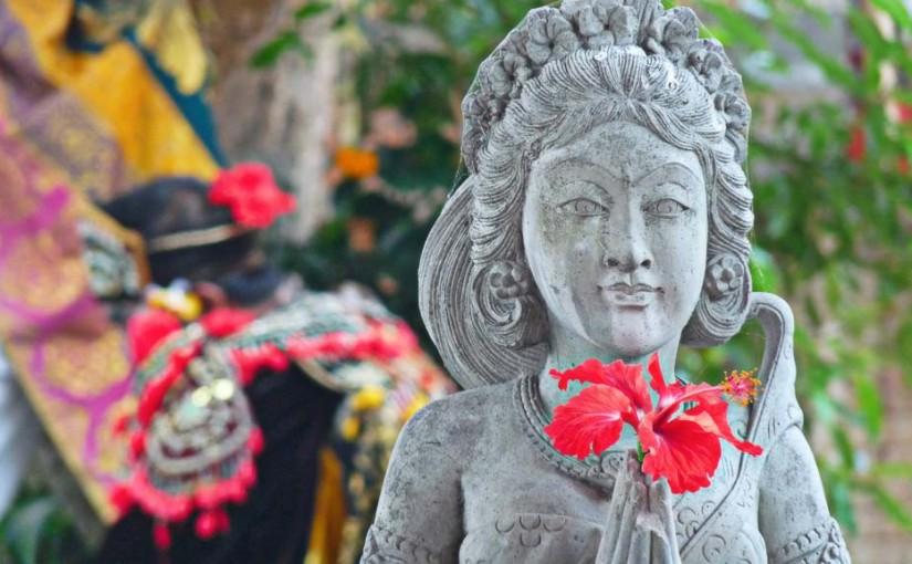 Statue décorée d'une fleur balinaise